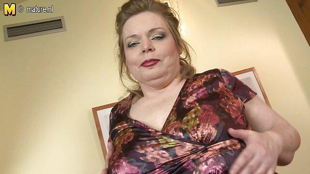Πορνό χωρίς εγγραφή  MILF με μεγάλη γοφούς στο καλσόν που ελληνιδεσ σεξ βιντεο μεταφέρουν ράβδους φαλακρός συγκάτοικος στο μουνί